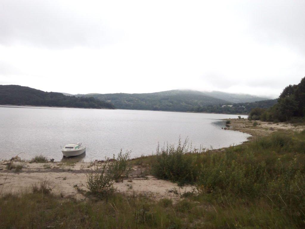 El lago de Laouzas es un lago artificial situado en las comunas de Nages y Murat on vèbre