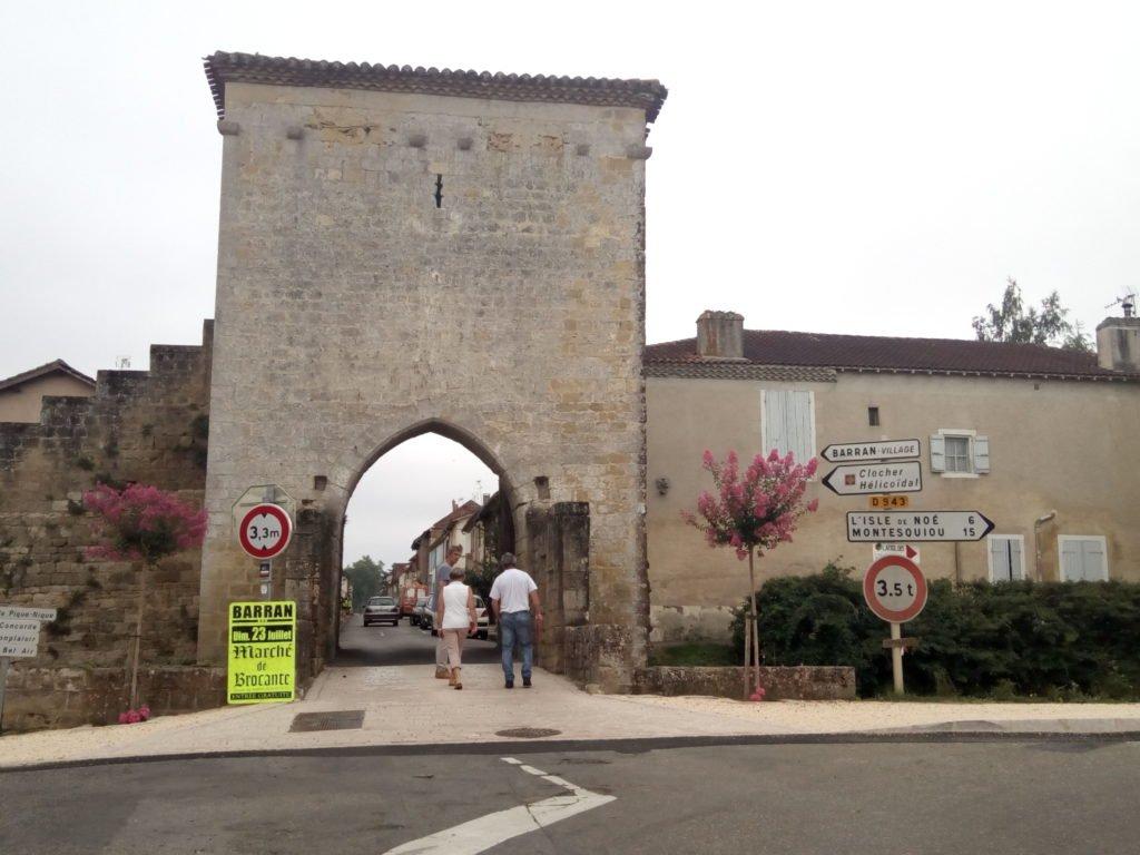Puerta de acceso a la Villa. Barran.