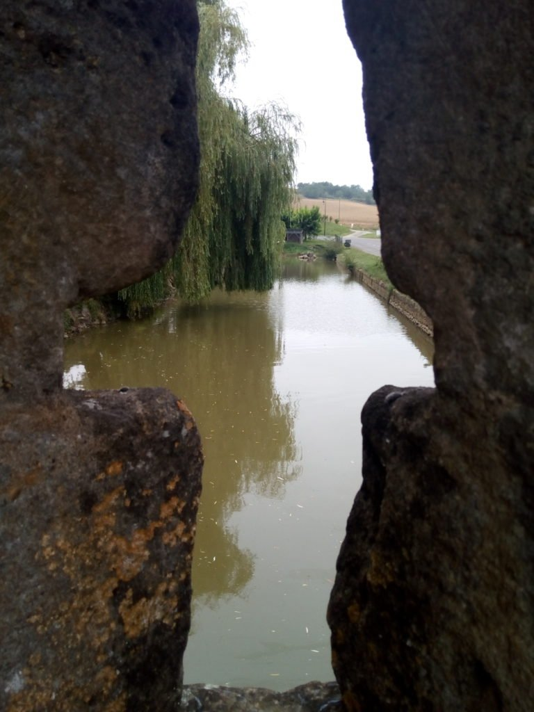 Vista del foso que rodea a Barran