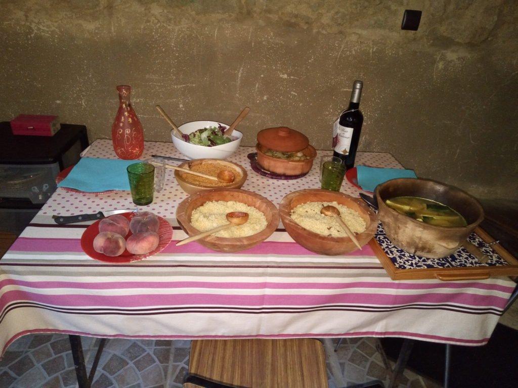 Nuestra cena. Cuscús de varios tipos, ensalada, fruta y vino para los infieles