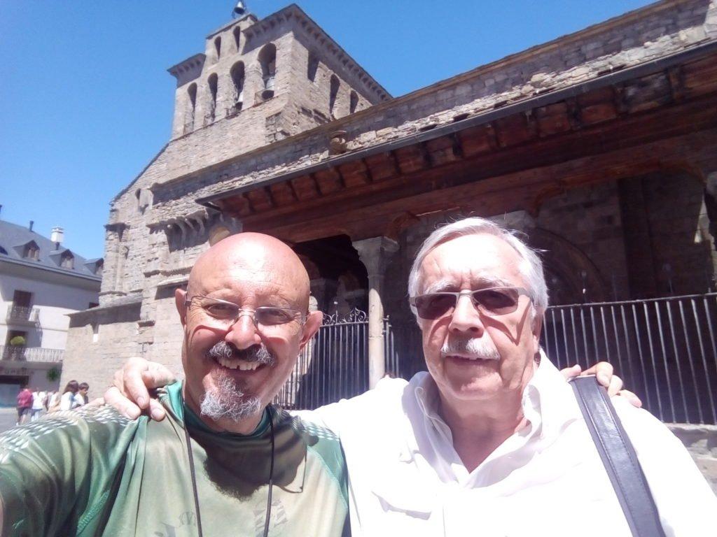 Con mi amigo Manuel Cunquero en Jaca, junto a la Catedral