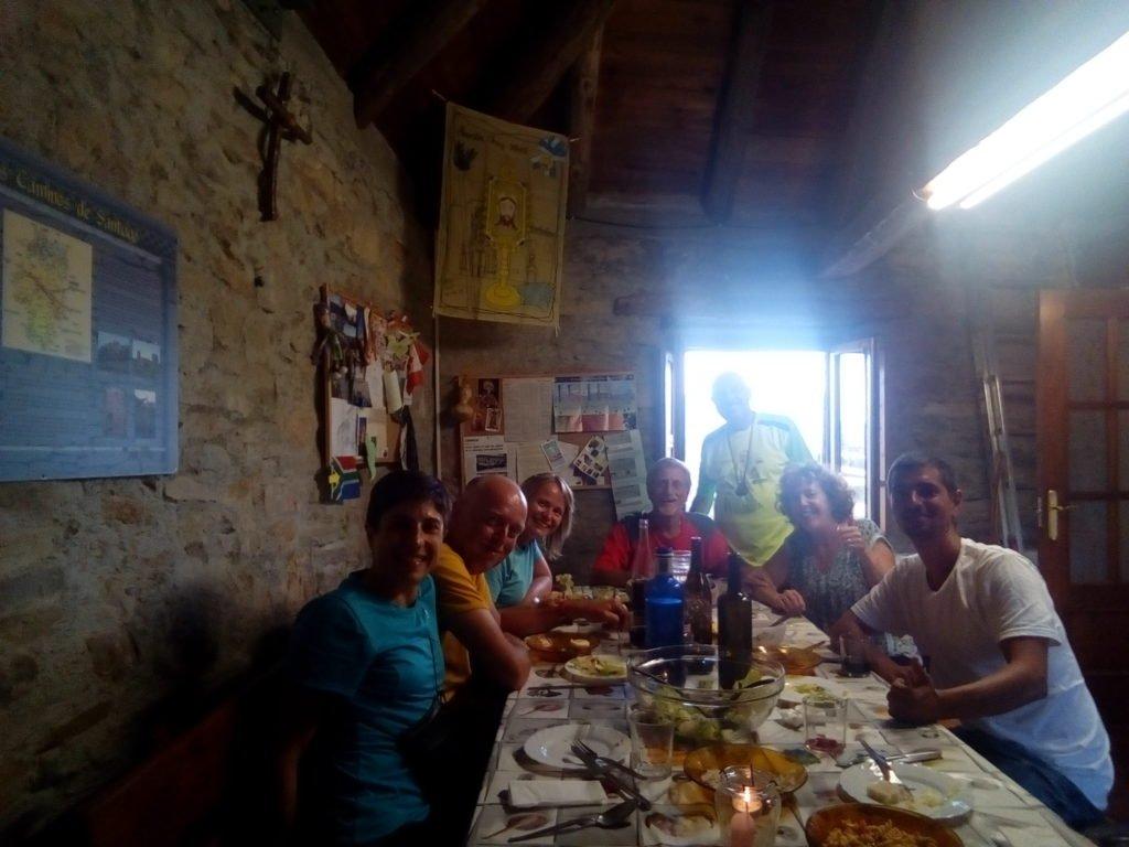 Primera cena comunitaria en España, con mis nuevos compañeros de peregrinación. Arrés