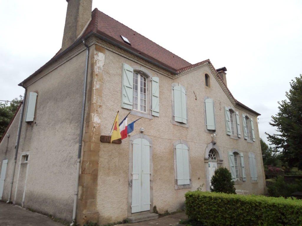 La Mairie de Anoye y, en el piso alto, el albergue