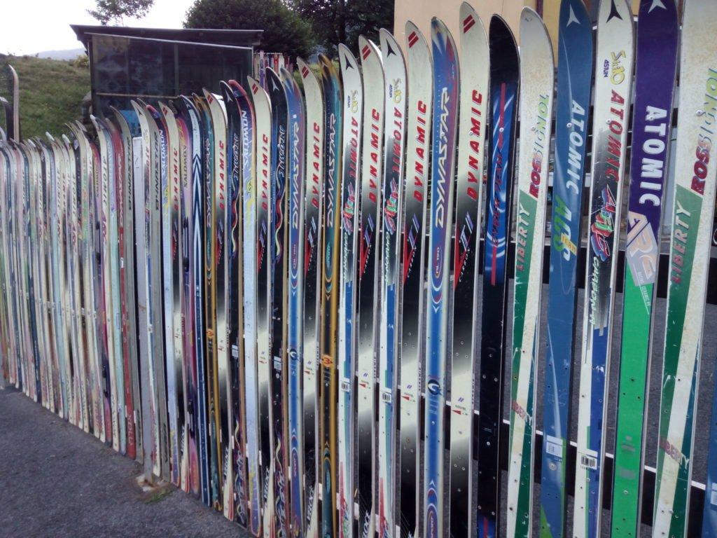 Una valla con esquíes