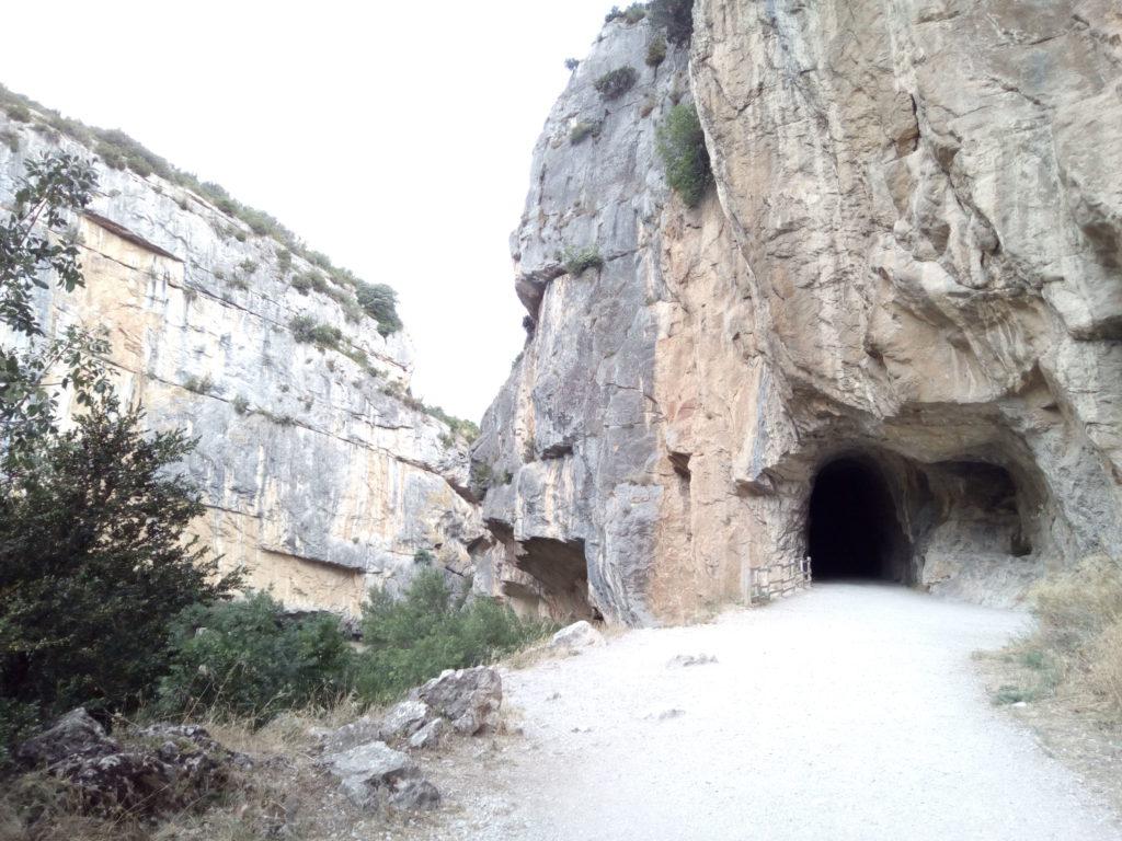 Entrada del túnel por el que transitaba la línea férrea