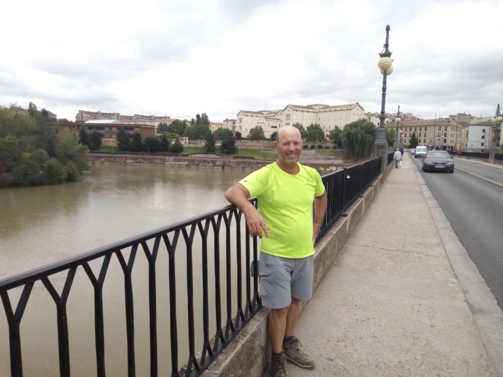 Tano posando ante el Río Ebro a su paso por Logroño