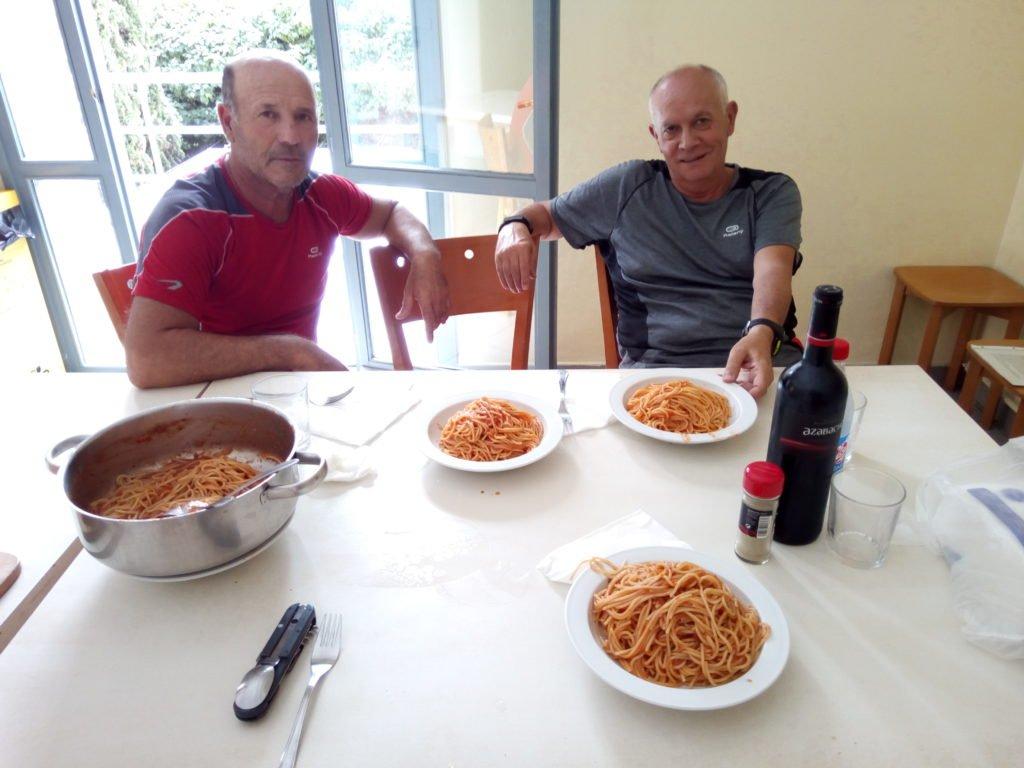 Tano y Miguel Ángel admirando los espaguetis en Logroño