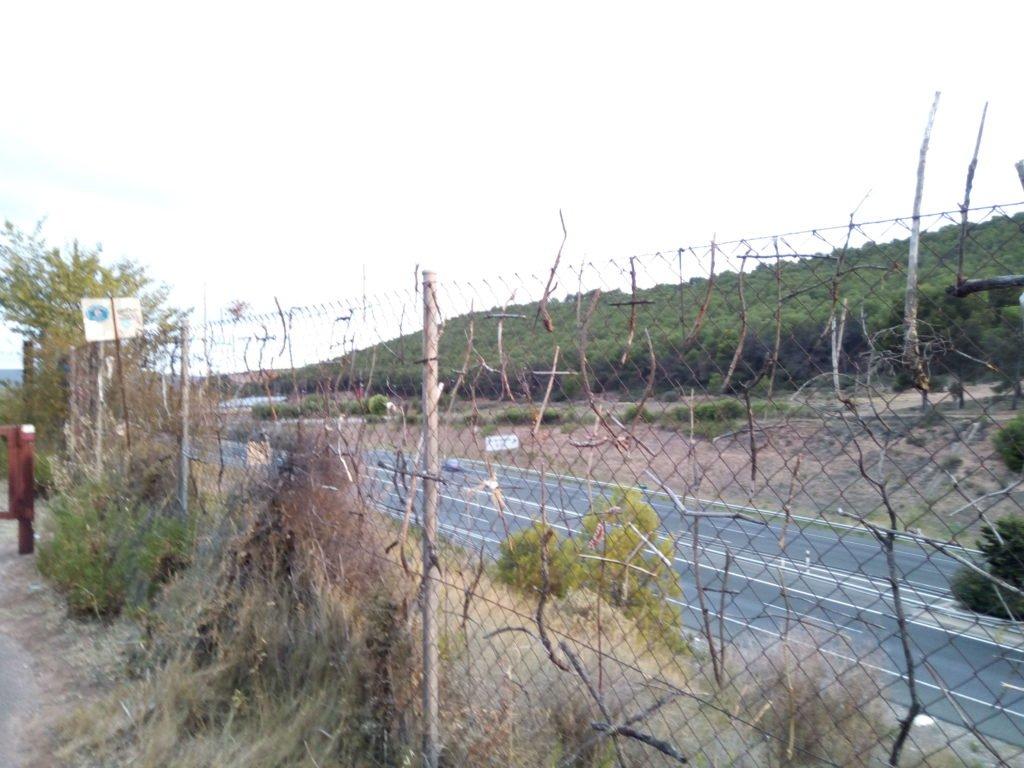 Cruces variopintas en la cerca de la autopista