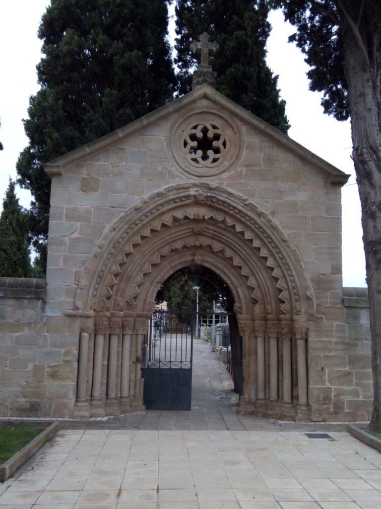 Cementerio de Navarrete. Detalle de los capiteles de la puerta.