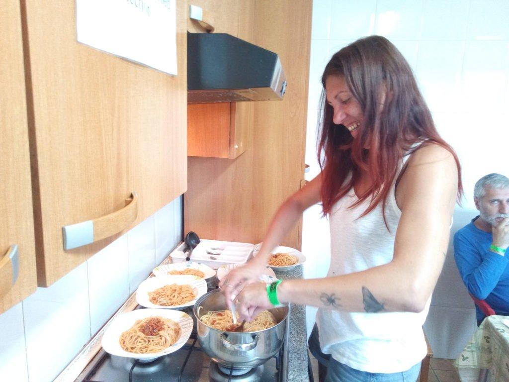 Arantxa preparando los espaguetis al gusto italiano