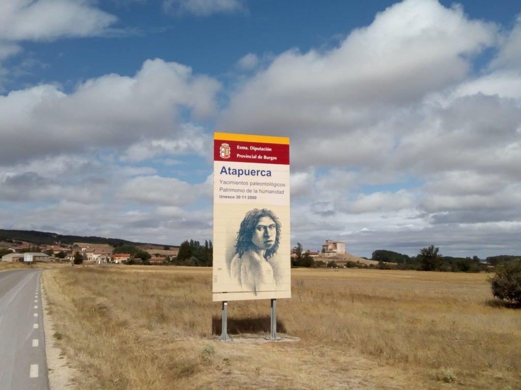 Cartel anunciador de los yacimientos de Atapuerca