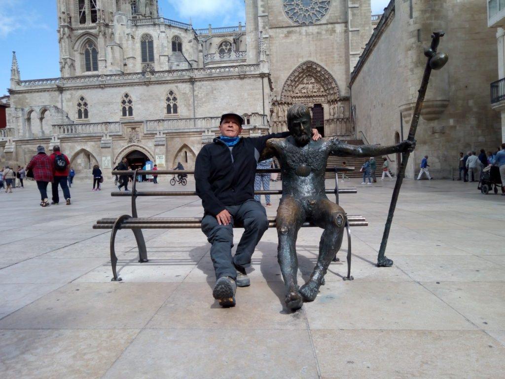 Peregrino(s) recuperando fuerzas. Escultura
