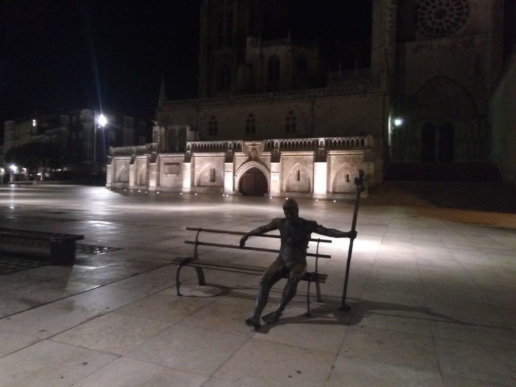 Estampa típica de Burgos. Peregrino sentado en un banco en la Plaza de la Catedral