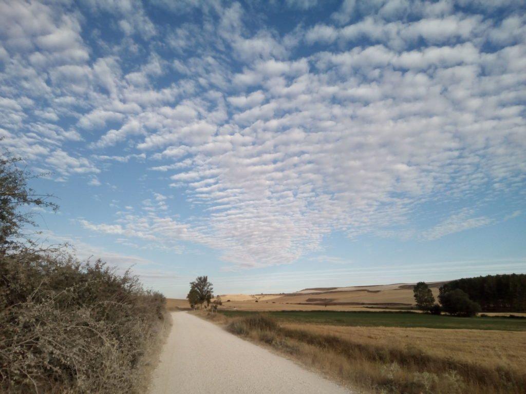 Camino y nubes