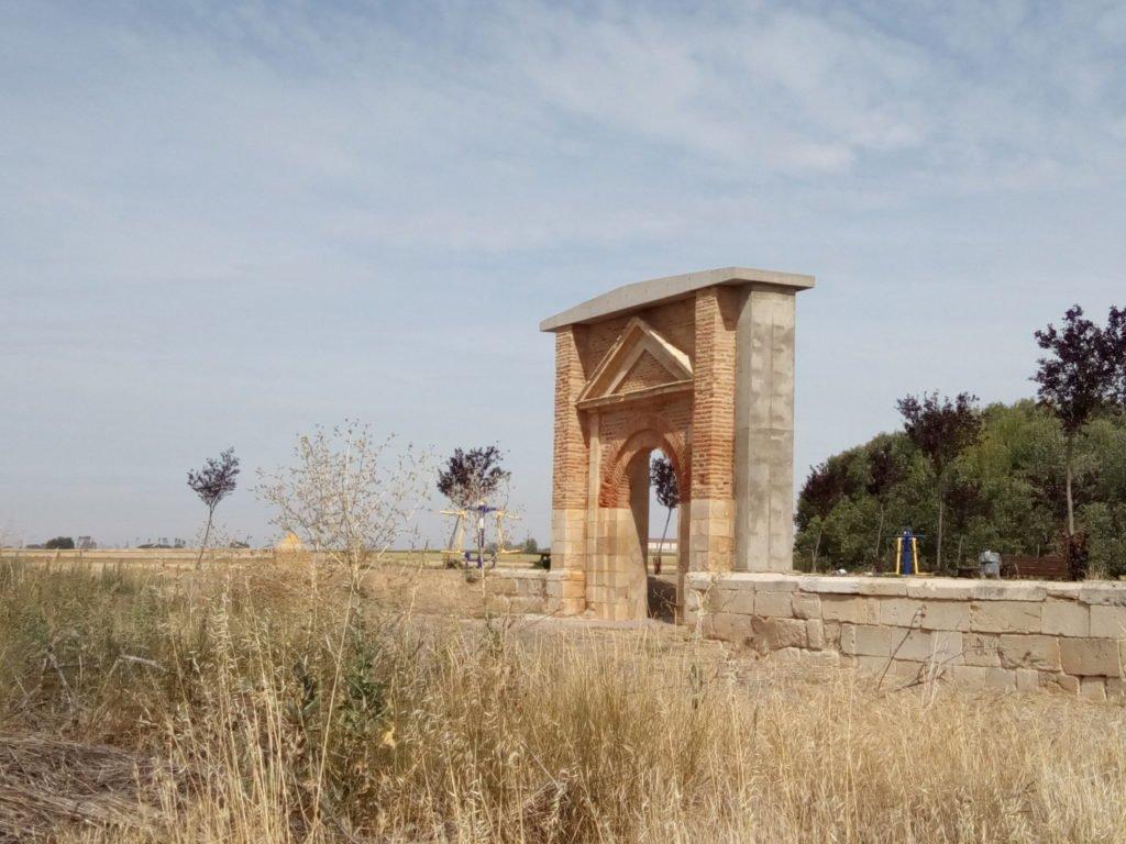 La puerta, único testigo de la antigua iglesia