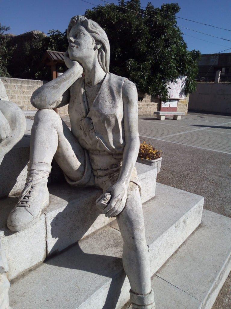 Monumento al peregrino en Mansilla de las Mulas (solo la peregrina embelesada)