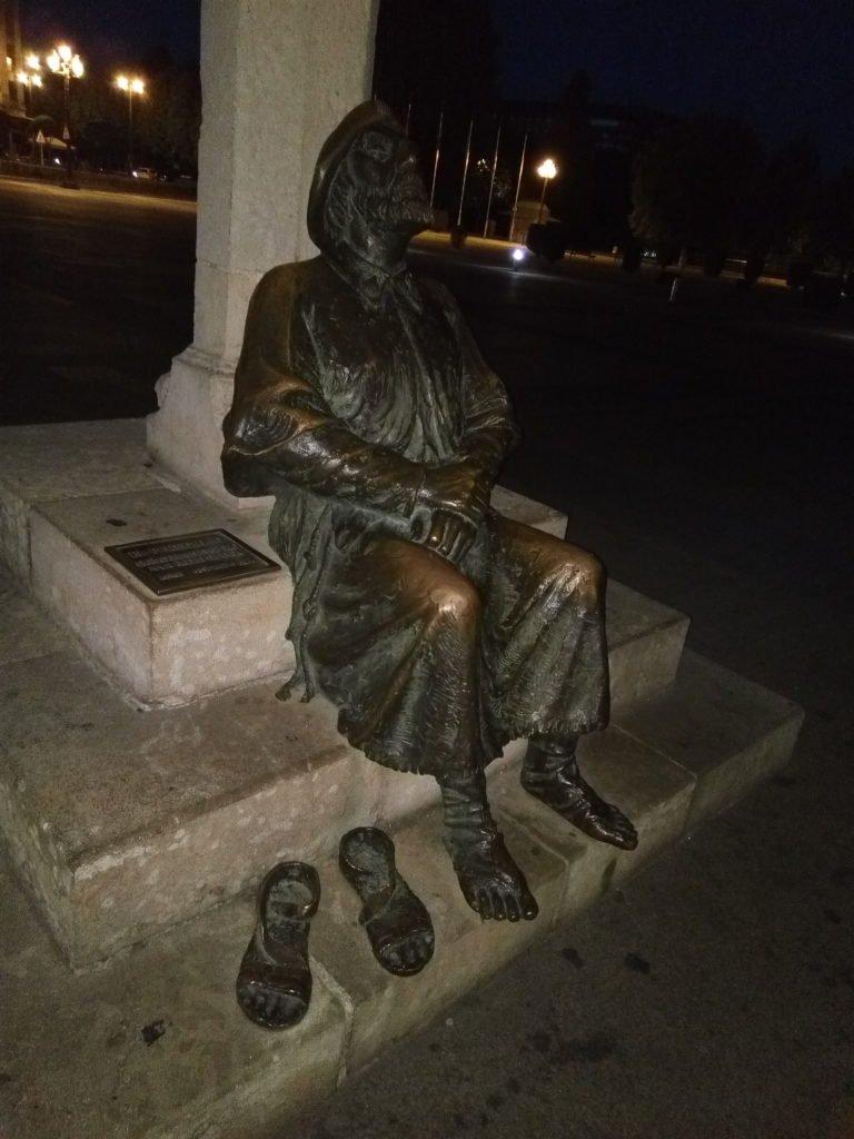 Escultura de peregrino descansando en la plaza de San Marcos. León