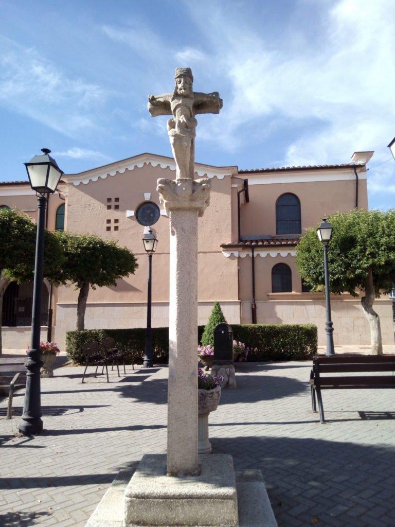 Cruceiro en la plaza de San Martín del Camino