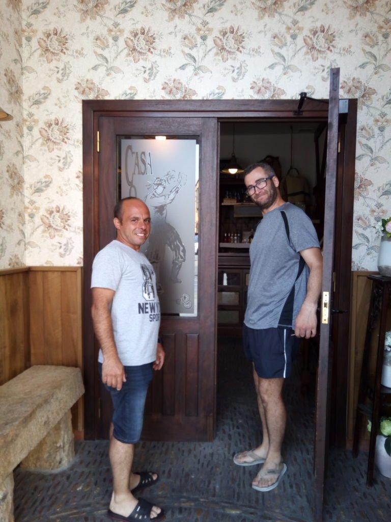 Jesús y Adrián en la puerta de entrada del Restaurante Casa Maragata