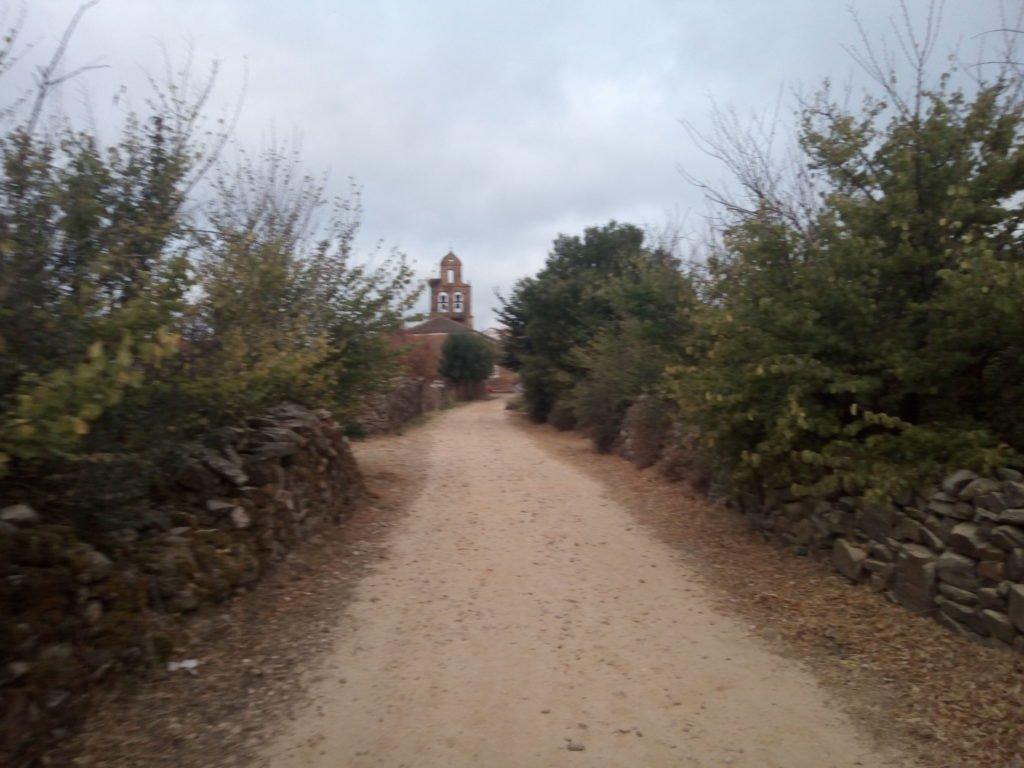 Camino con iglesia al fondo
