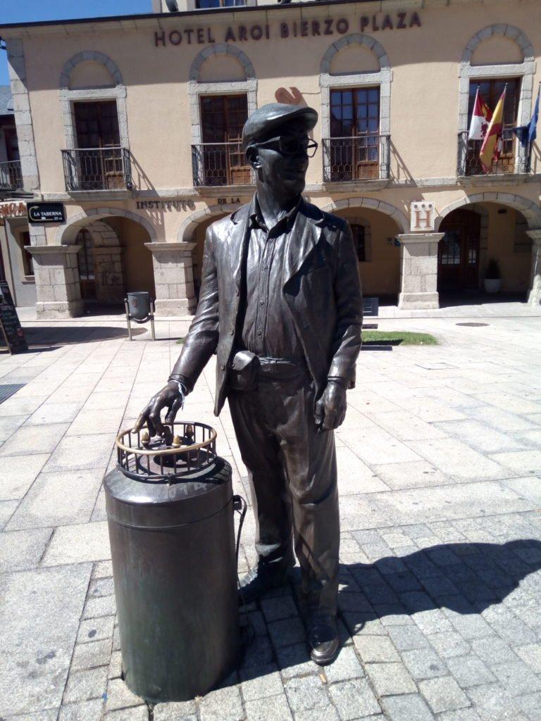 Monumento a Pepe Cortés. El Barquillero. Ponferrada