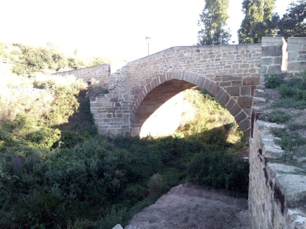 Puente que cruza el río en Torres del Río
