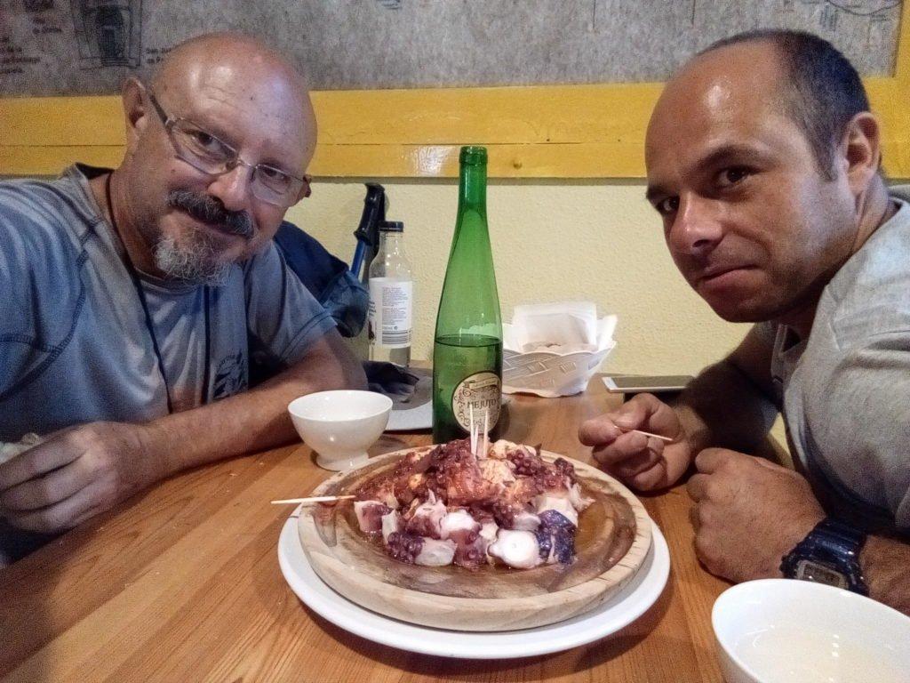 Jesús y yo ante un plato de pulpo. En pulpería Ezequiel. Melide