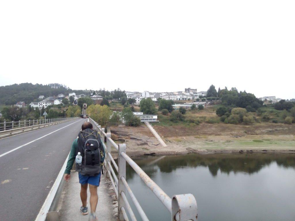 Jesús cruzando el puente sobre el Miño hacia Portomarín