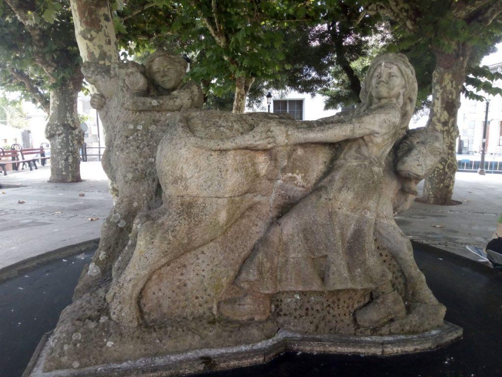 En la Plaza de Galicia en Arzúa, escultura de Fernando García Blanco