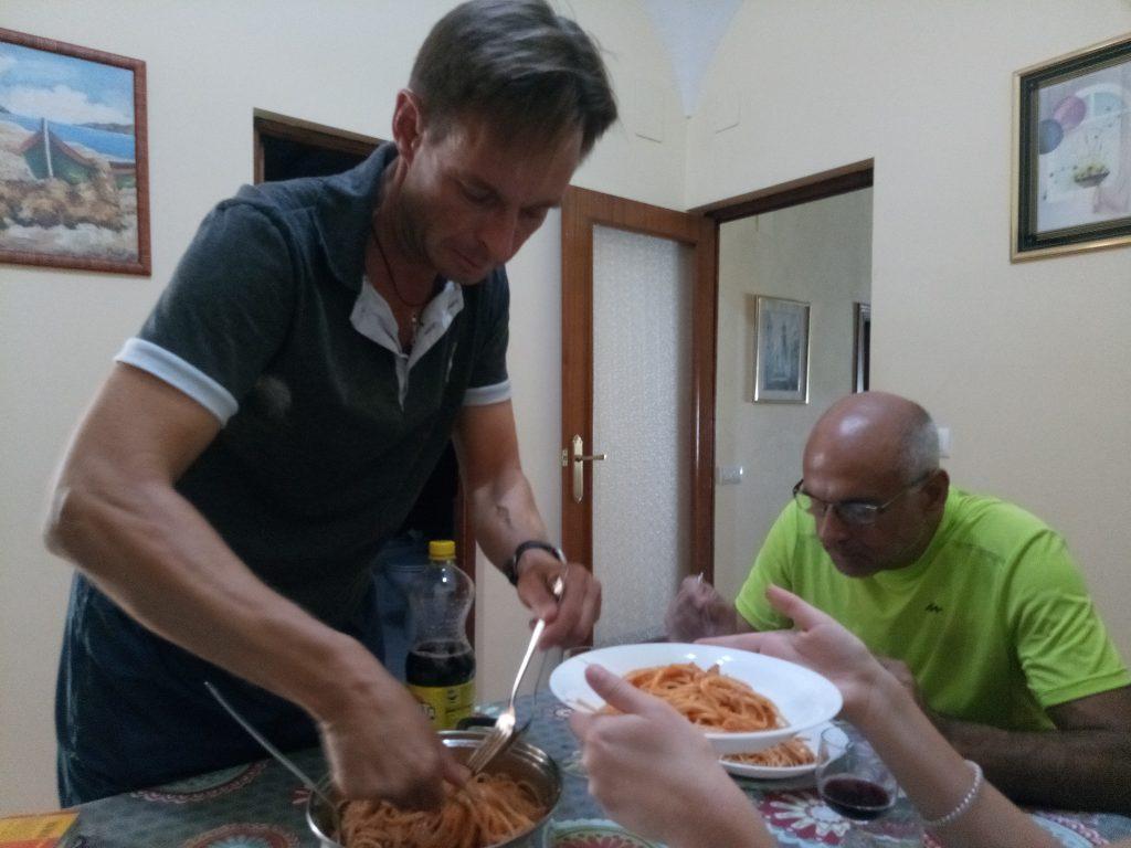 Yo cocino y Christian hace el servicio de mesas. Fuente de Cantos