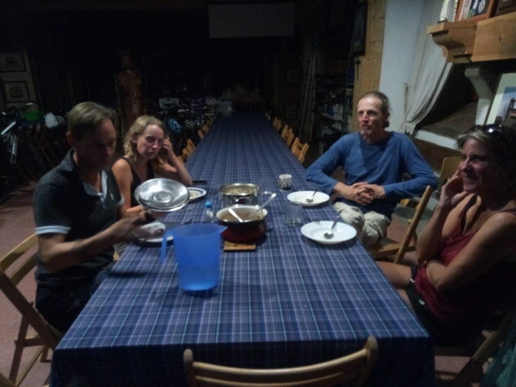 Carsten, Anna, Britta y Thomas, cenando en albergue. Fuenterroble de Salvatierra