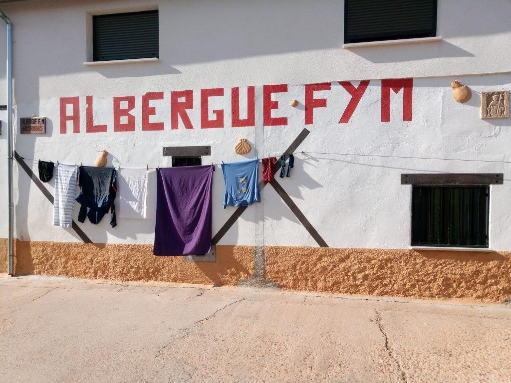 Fachada albergue FyM, con mi ropa a secar. El Cubo del Vino