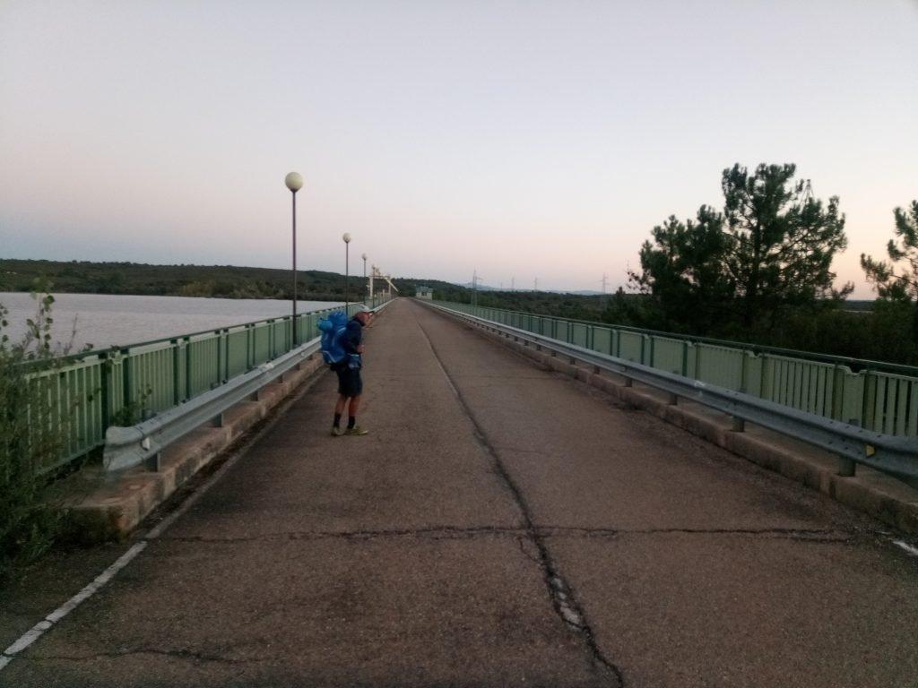 Cruzando la presa del embalse