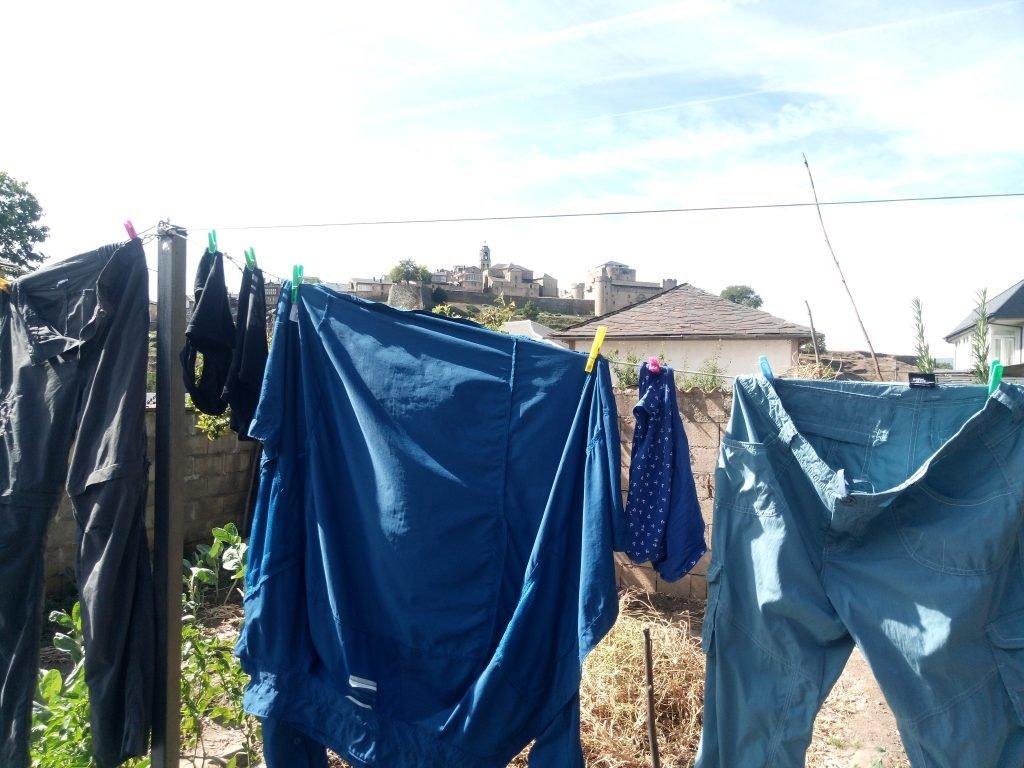 Casco histórico de Sanabria sobre ropa tendida