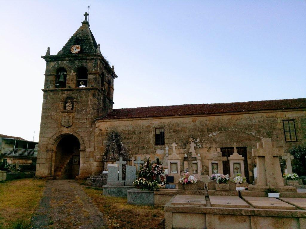 Iglesia y cementerio de Laza