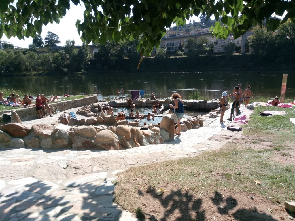Pozas de aguas termales a ña orilla del Miño. Ourense