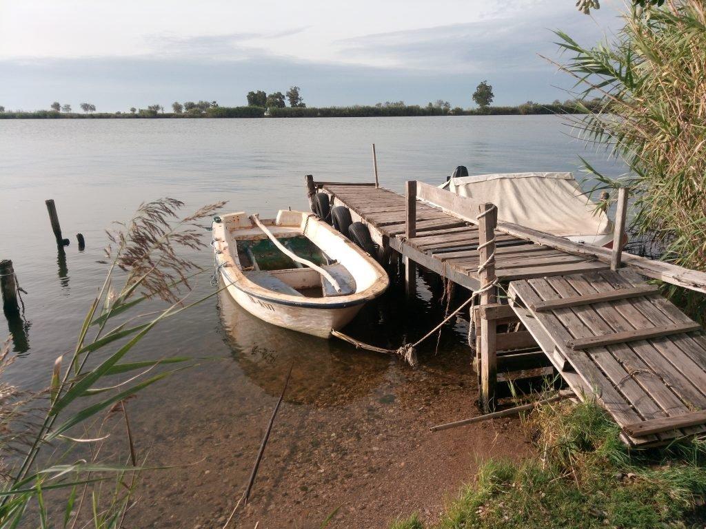 Barquita atracada a la orilla del Ebro