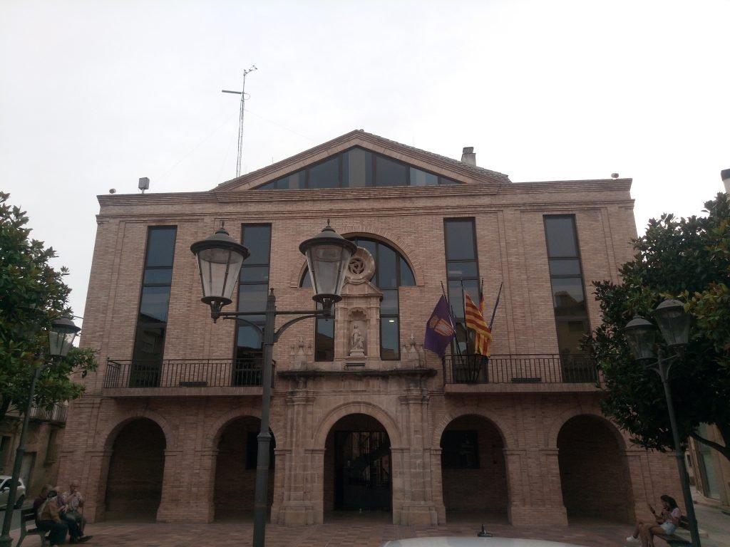 Ayuntamiento de Gandesa, sin lazos ni pancartas