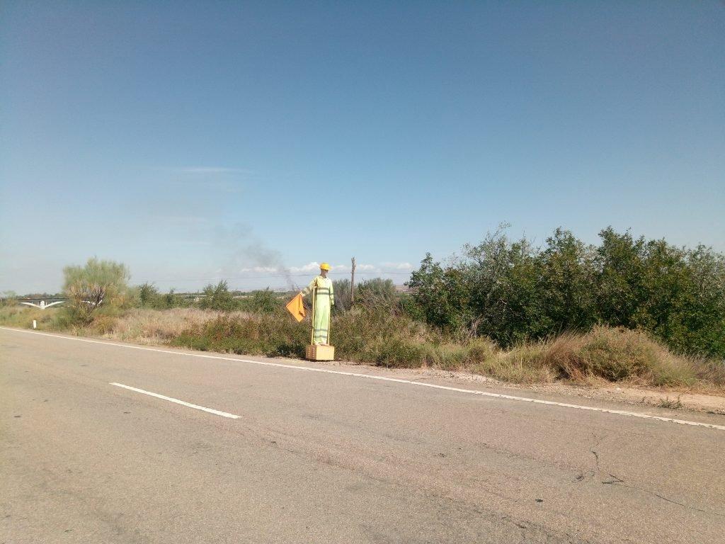 Un maniquí nos advierte de las próximas obras del puente de Gelsa