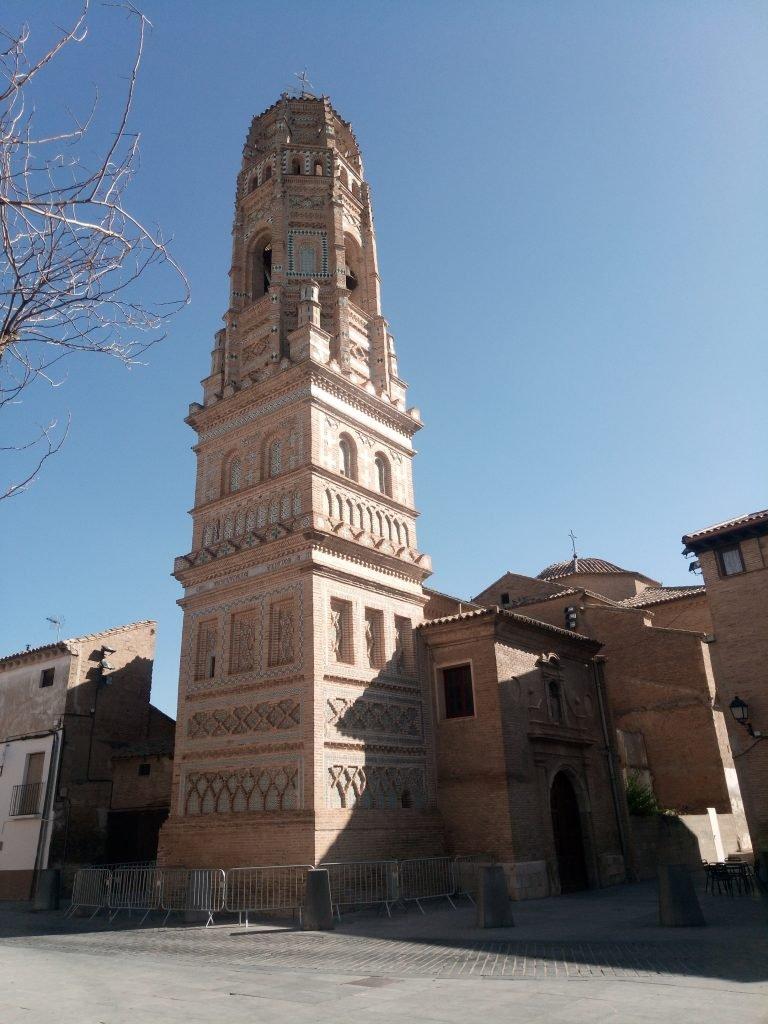 La iglesia parroquial de Santa María de Utebo posee una de las más notables torres del mudéjar aragonés.