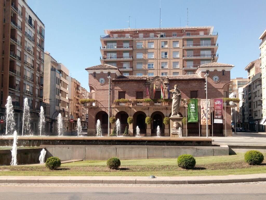 Ayuntamiento de Calahorra y estatua de Quintiliano