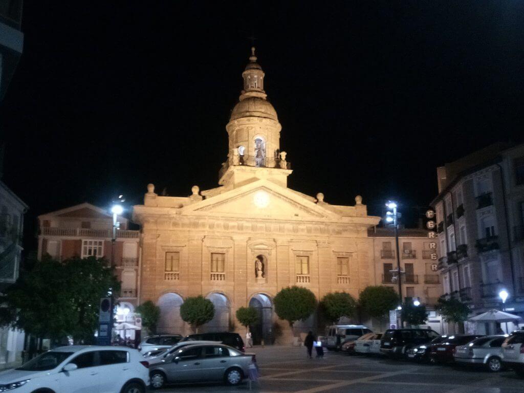 Iglesia de Santiago en Calahorra, antes de amanecer.