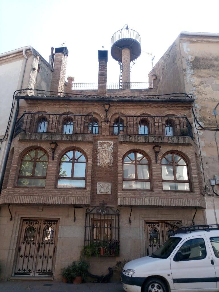 Una casa bonita en la plaza de Alcanadre, con escudo heráldico.